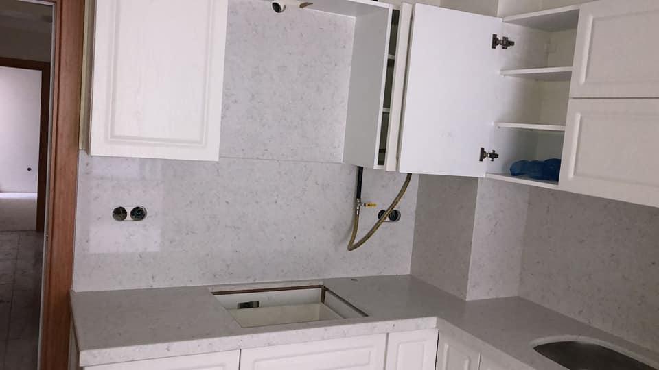 gri mutfak tezgahı ve kaplama