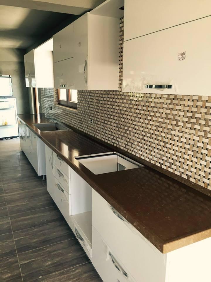 kahverengi mutfak tezgahı ve fayans