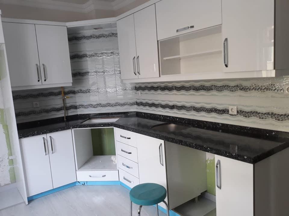 siyah granit tezgah ve siyah beyaz fayans