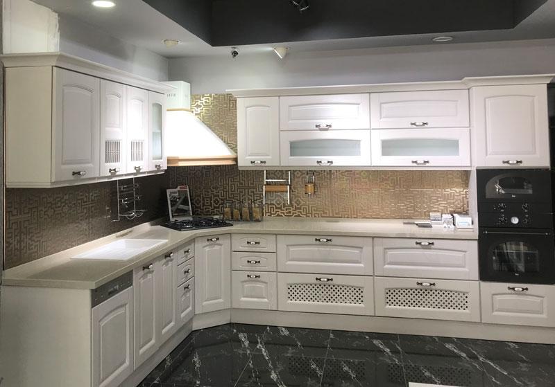 Beyaz Mutfak Dolapları ve Krem Tezgah